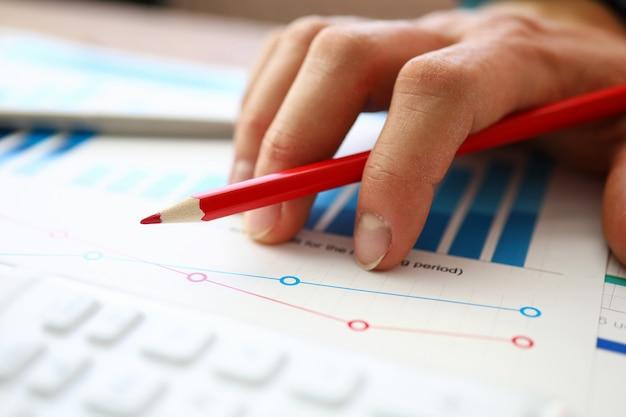 Funcionário do banco escrevendo relatório financeiro