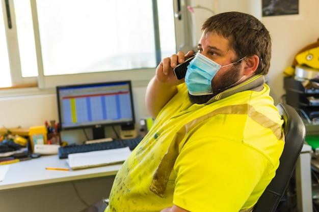 Funcionário do centro de limpeza falando ao telefone