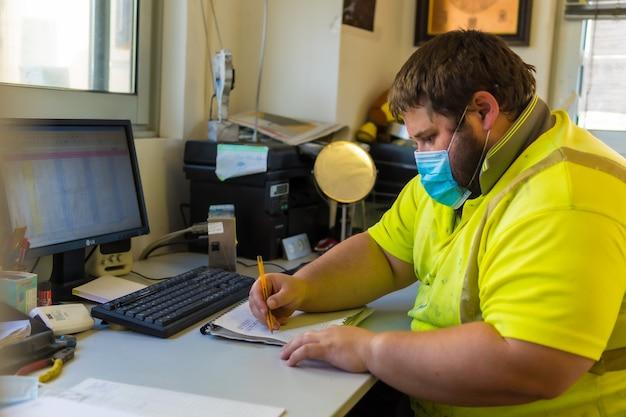 Funcionário do centro de limpeza trabalhando em um laptop