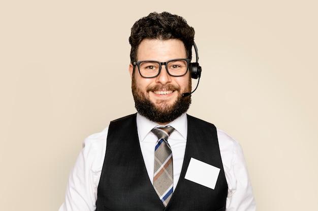 Funcionário do sexo masculino de atendimento ao cliente com fone de ouvido
