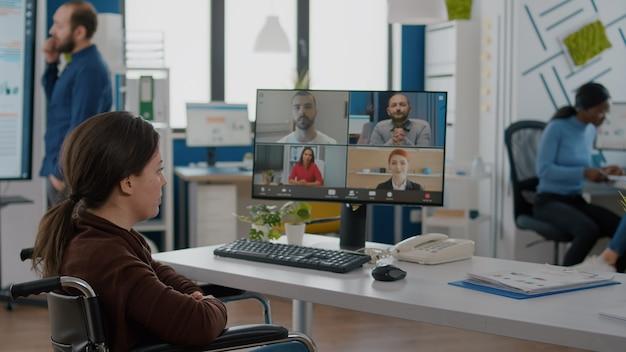 Funcionário inválido durante reunião virtual falando em videochamada