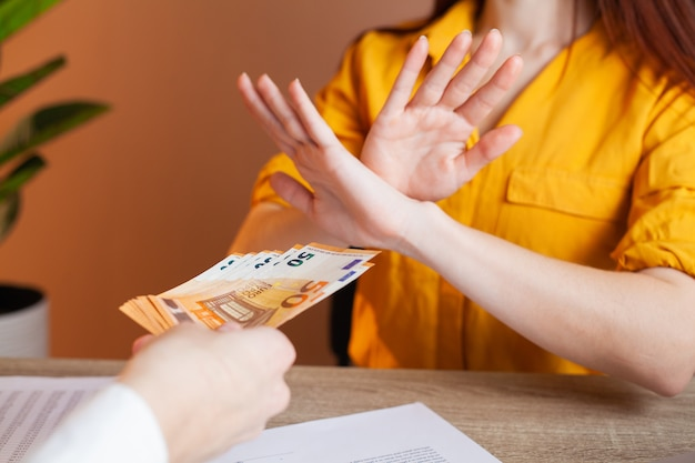 Funcionário público recebe suborno por facilitar a assinatura do contrato