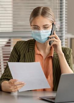 Funcionário usando máscara facial no escritório