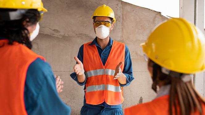 Funcionários com equipamentos de segurança