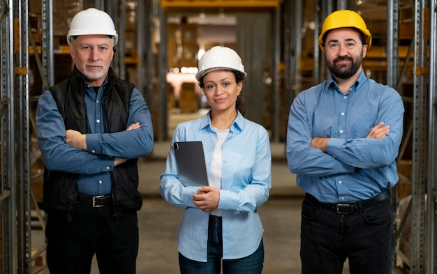 Funcionários com máscaras trabalhando em depósito