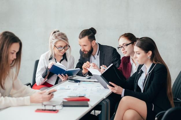 Funcionários corporativos. discussão de assuntos de negócios. equipe sólida ignorando colega solitário.