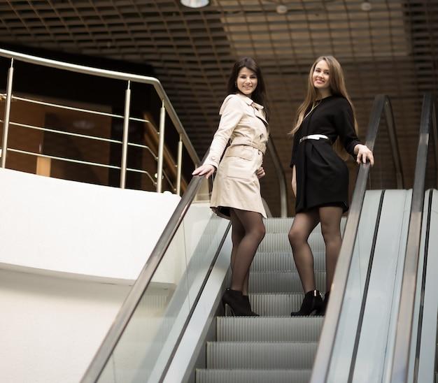 Funcionários da empresa atendem o cliente na escada do saguão do moderno escritório