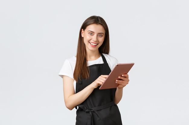 Funcionários de mercearia pequena empresa e café conceito amigável barista feminino bonito em blac ...