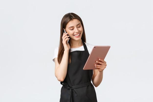 Funcionários de mercearia pequena empresa e café conceito vendedora sorridente bonito em abril preto ...