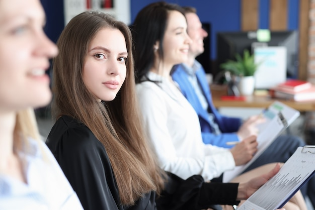 Funcionários de negócios sentados em uma conferência de treinamento com gráficos de negócios