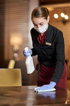 Funcionários dedicados do restaurante seguindo o novo protocolo de limpeza