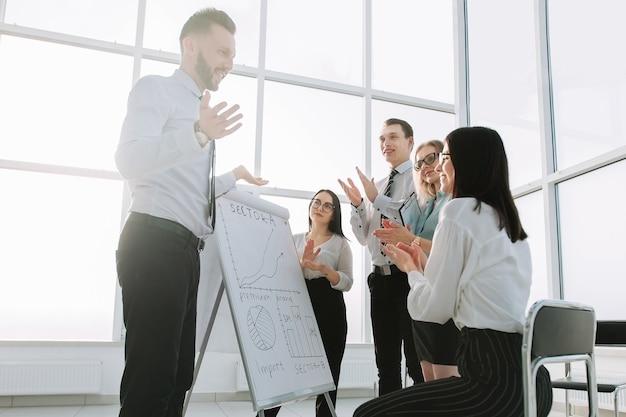 Funcionários discutem ideias para um novo projeto comercial