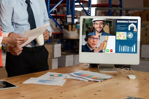 Funcionários do armazém falando em videochamada na tela do computador no armazém de armazenamento