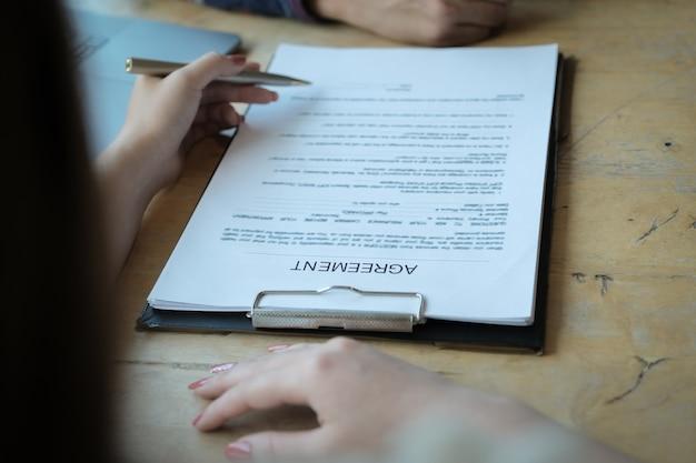 Funcionários do banco discutindo com os clientes para assinar um contrato para comprar o seguro residencial. conceitos de acordo.