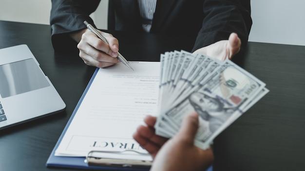 Funcionários do governo entregam a assinatura de contrato para recebimento de dinheiro de suborno de mulher de negócios, o conceito de corrupção e anti-suborno.