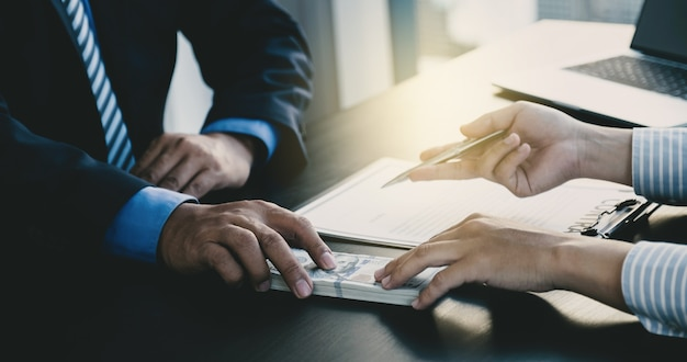 Funcionários do governo entregam o recebimento de dinheiro de suborno de empresário, o conceito de corrupção e antissuborno.
