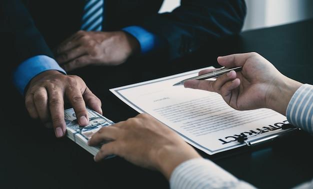 Funcionários do governo entregam recebendo dinheiro de suborno de empresário o conceito de corrupção
