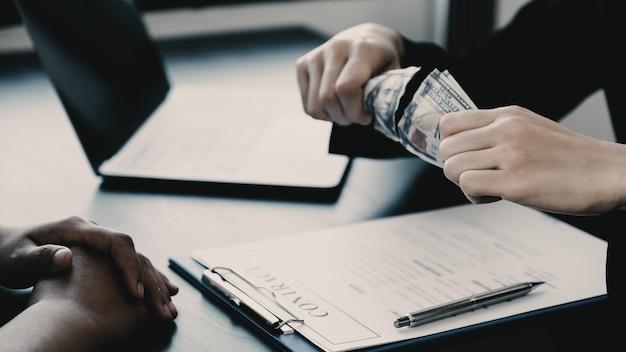 Funcionários do governo rasgam a nota de um dólar recusando dinheiro para aceitar dinheiro de suborno de mulher de negócios