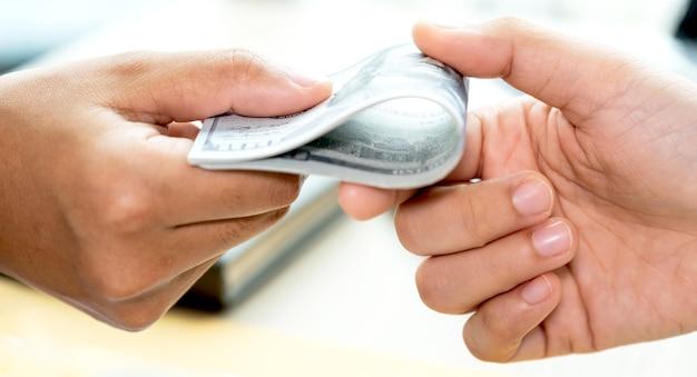 Funcionários do governo recebendo dinheiro de suborno de homens de negócios, o conceito de corrupção e antissuborno.