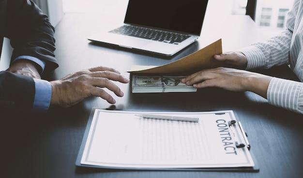 Funcionários do governo recebendo dinheiro de suborno do conceito de empresário de corrupção e antissuborno