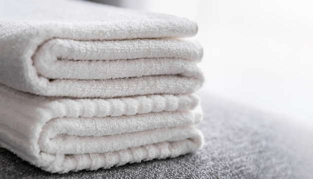 Funcionários do hotel, toalhas de banho brancas limpas na cama. serviço de limpeza de quartos.
