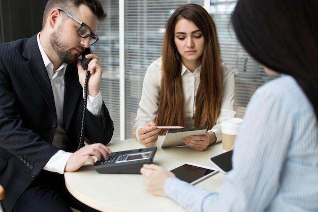 Funcionários em reunião de negócios