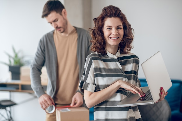Funcionários experientes de lojas na internet preparando mercadorias para envio