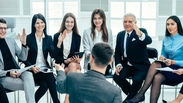 Funcionários fazendo perguntas em uma reunião com o gerente do projeto. conceito de negócios