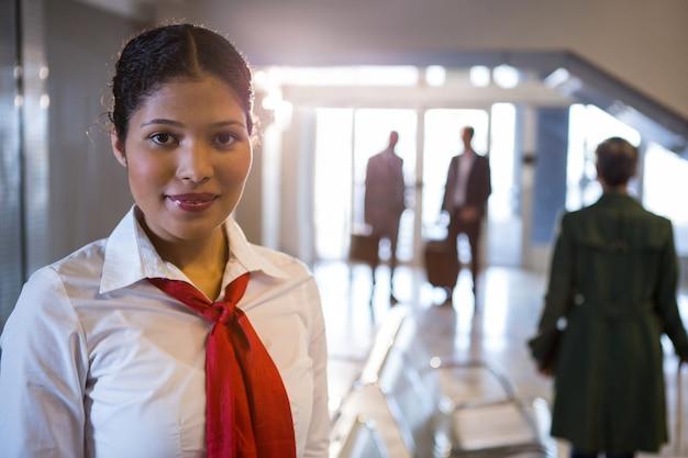 Funcionários femininos sorridentes em pé