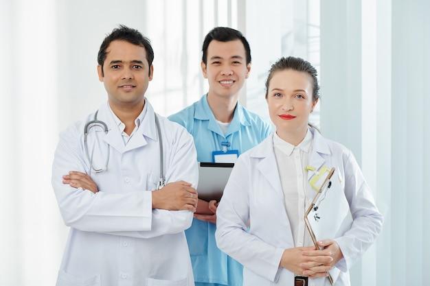 Funcionários médicos confiantes e alegres