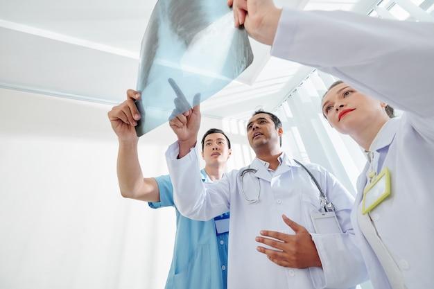 Funcionários médicos verificando o raio-x