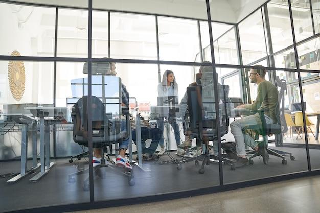 Funcionários negociando com parceiros internacionais na sala de conferências
