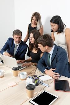 Funcionários profissionais colaborando com planos médios