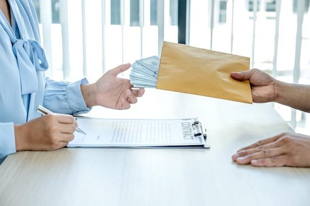 Funcionários que recebem dinheiro de suborno de empresários o conceito de corrupção e antissuborno.