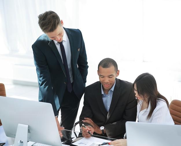Funcionários que trabalham com documentos financeiros na vida do escritório