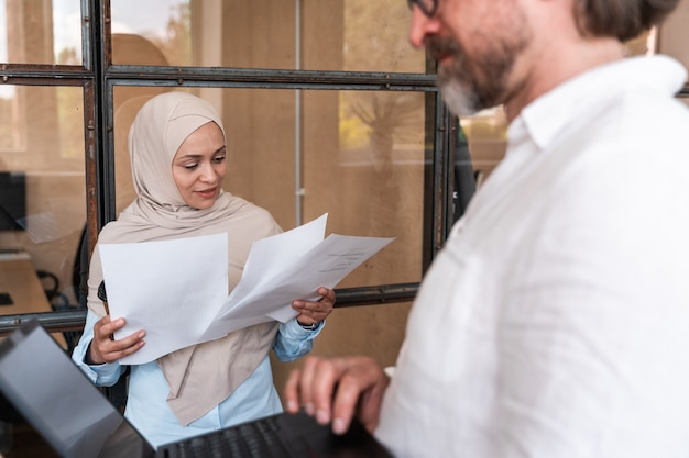 Funcionários que trabalham no escritório. grupo multiétnico de start up desenvolvendo um novo projeto de negócios