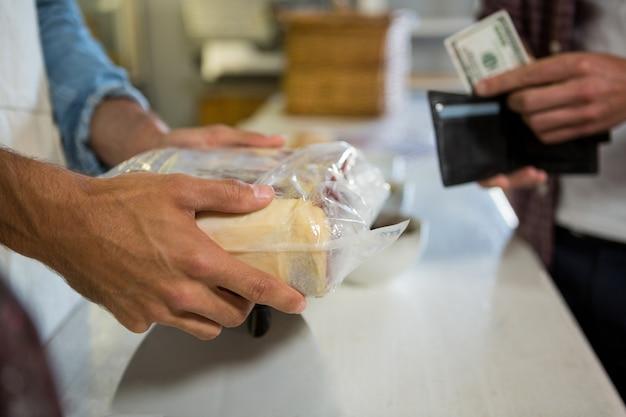 Funcionários recebendo pagamento do cliente