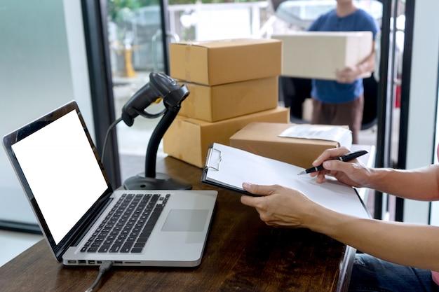 Funcionários trabalham juntos entrega a caixa