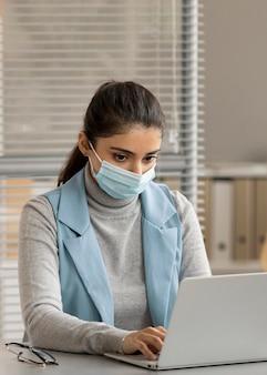 Funcionários usando máscaras no escritório