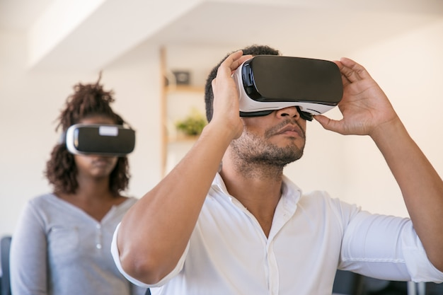 Funcionários usando óculos de realidade virtual e assistindo a apresentação virtual
