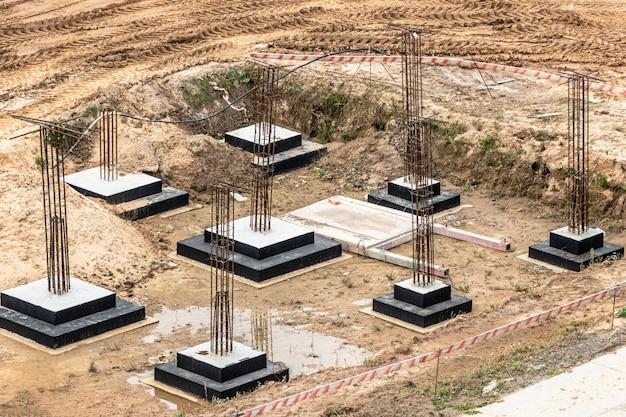 Fundações de concreto armado monolítico para a construção de um edifício residencial. grillage no canteiro de obras. poço de construção com fundações.