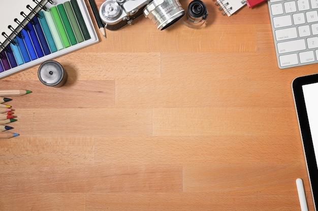 Fundamentos de mesa de madeira designer gráfico e espaço de cópia