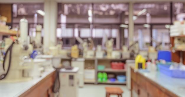 Fundo abstrato borrado do local de trabalho interior de laboratório com equipamento