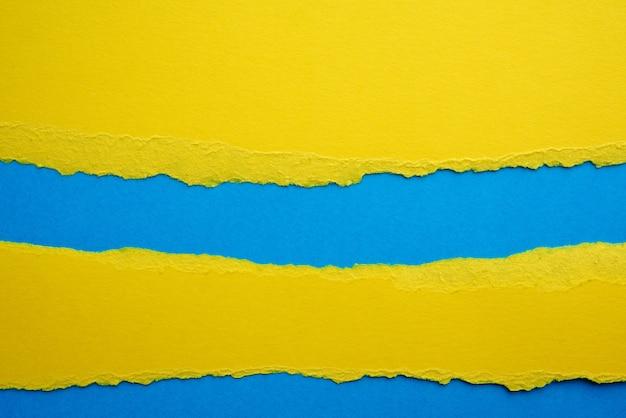 Fundo abstrato com bordas rasgadas de papel amarelo