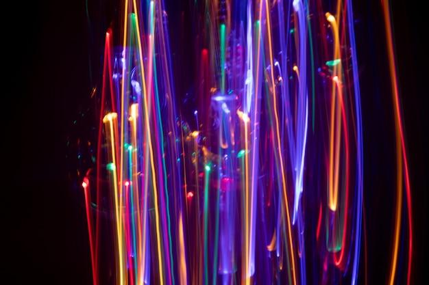 Fundo abstrato com desenho vertical de luzes coloridas