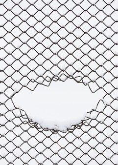Fundo abstrato com padrão geométrico. malha de metal na neve