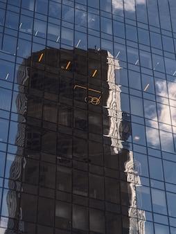 Fundo abstrato com reflexos borrados nos espelhos. fragmento abstrato da arquitetura moderna, paredes de vidro.