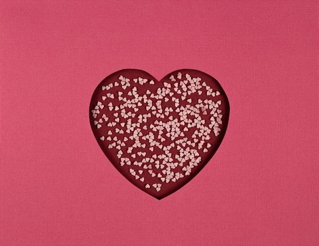 Fundo abstrato com símbolo do amor. coração de papel recortado em fundo vermelho, papel cortado no estilo de arte. artesanato de papel para o dia dos namorados