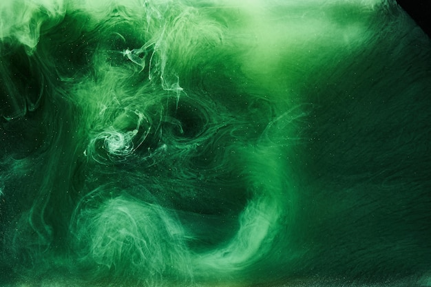 Fundo abstrato da cor verde. circulando fumaça vibrante de narguilé, oceano esmeralda subaquático, pintura dinâmica na água