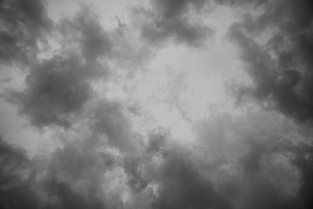 Fundo abstrato da textura do céu escuro com nuvens de tempestade.